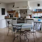 Деревенская кухня без подвесных шкафов
