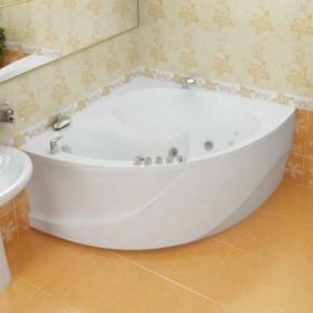 Белая акриловая ванна на керамическом полу