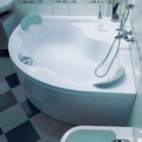 Биде рядом с ванной угловой формы