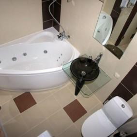 Керамический пол в маленькой ванной комнате