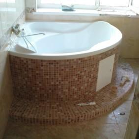 Угловая ванна на пьедестале с керамической облицовкой
