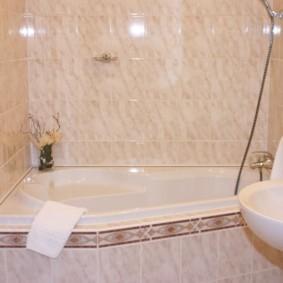 Белое полотенце на бортике ванны