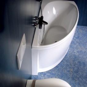 Узкая ванна для маленького санузла