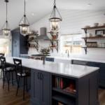 Дизайн модной кухни с серой мебелью