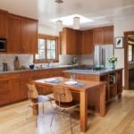 Коричневая мебель в кухне частного дома