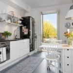 Узкая кухня с дверью на балкон