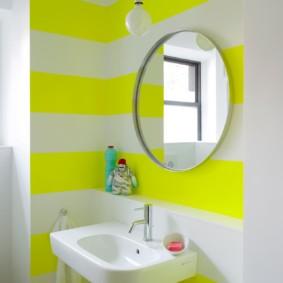 Желтые полосы на белой стене в ванной