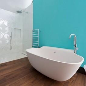 Голубые стены ванной комнаты