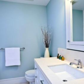 Белое полотенце на фоне светло-голубой стены