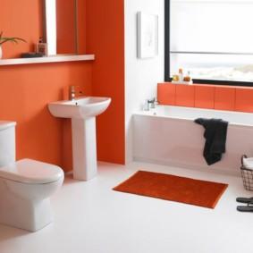 Яркий коврик на белом полу в ванной