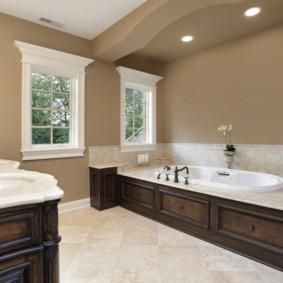 Большая ванная с деревянной мебелью