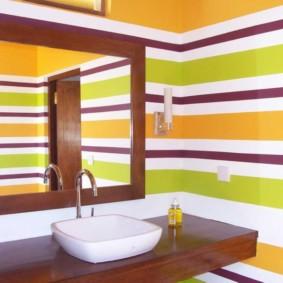 Полосатые стены в интерьере ванной
