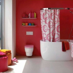 Просторная ванная комната с панорамным окном