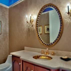 Круглое зеркало в позолоченной раме