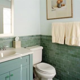 Махровые полотенца на стене в ванной
