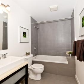 декор картинами белых стен ванной комнаты