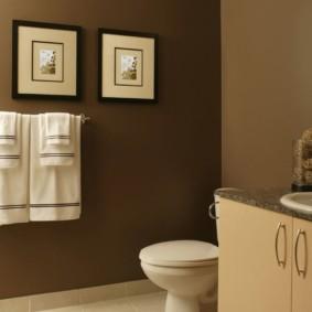 Две картины на стене коричневого цвета