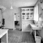 Черно-белый интерьер деревенской кухни
