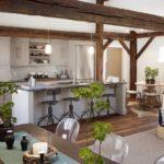 Деревянные балки в интерьере кухни