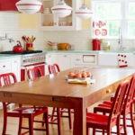 Красные стулья из натурального дерева