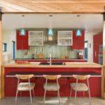 Кухонный остров между несущими столбами