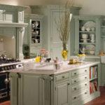 Резные элементы на фасадах кухонной мебели