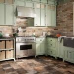 Каменная плитка в рабочей зоне кухни