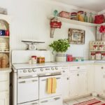 Полочки для специй и посуды в сельской кухне