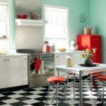 Красный холодильник у стены бирюзового цвета