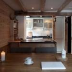 Деревянная поверхность обеденного стола
