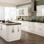 Белая мебель на деревянном полу