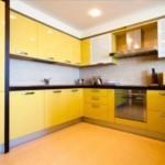 Желтый гарнитур в угловой кухне