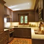 П-образная кухня с деревянными фасадами