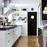 Черная дверь в белой стене кухни