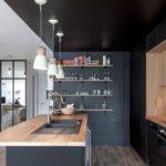 Черные стены кухни в стиле минимализма