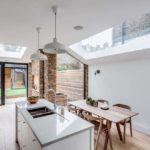 Кухонный остров с мойкой в белой столешнице
