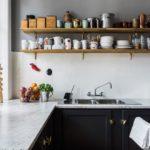 Деревянные полки на кухонной стене