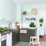 Голубые стены кухни с серой мебелью