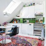 Яркий ковер в кухне дачного домика