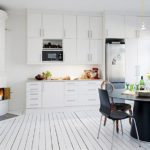 Крашеные доски на полу кухни