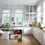Оформление окон в кухне гостиной