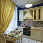 Желтая занавеска на кухонном окне