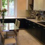 Керамический пол в прямоугольной кухне