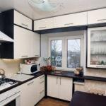 Навесные шкафы над кухонным окном