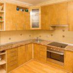 Угловой гарнитур для кухни с выступом в стене