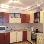 Двухуровневый потолок в дизайне кухни