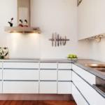 Т-образная вытяжка в угловой кухне