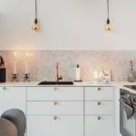 Горящие свечи на кухонной столешнице