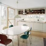 Современные стулья в обеденной зоне кухни