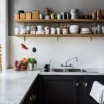 Кухонная посуда на деревянных полочках